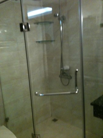 Pearl Suites Grand Hotel: Shower time