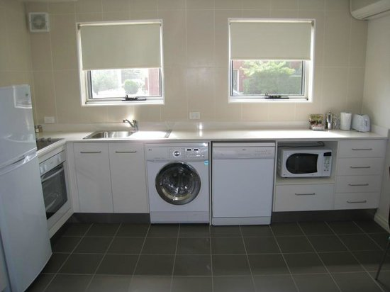 Forrest Hotel And Apartments: Full Service Kitchen with Washer