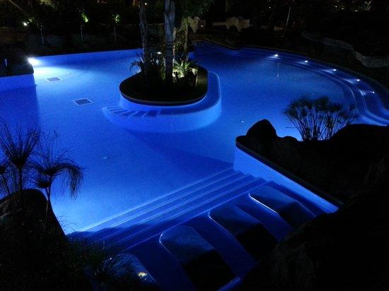 La Siesta Salou Resort & Camping: Pool at night