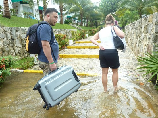 Hotel Dos Playas Beach House: Grounds were flooded