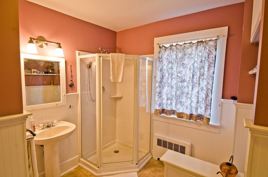 Inn Bliss Bed & Breakfast : Queen Suite bathroom
