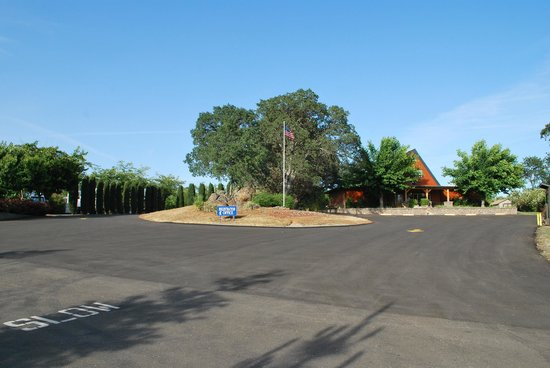 Auburn Gold Country RV Park: The entry drive to the registration office/store