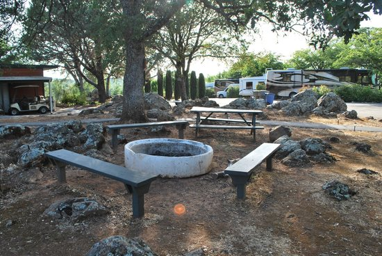 Auburn Gold Country RV Park: The large fire pit