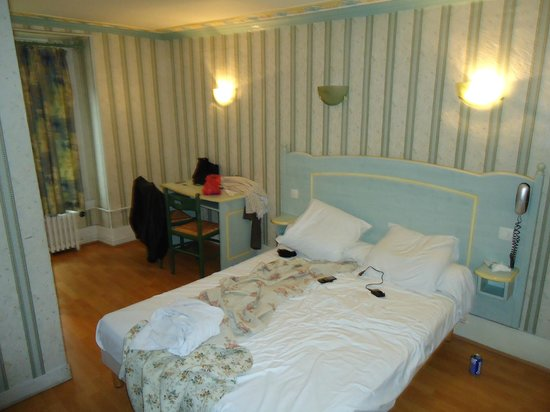 Chambre picture of sibour hotel paris tripadvisor for Chambre d hotel paris