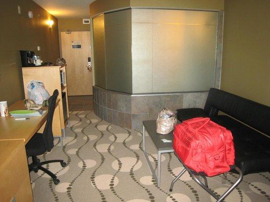 Lakeview Hecla Resort: King room facing bathroom