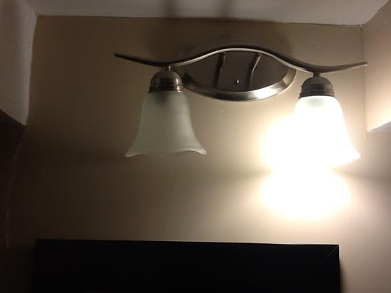 Knights Inn Toronto: Didn't change the burnt out lightbulb.
