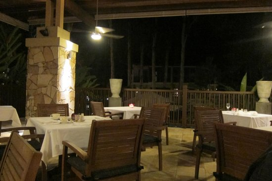 Temple of Taste Restaurant & Terrace: By night- white tablecloths & relaxed but classy