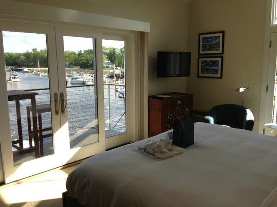 The Boathouse Waterfront Hotel: Corner Room