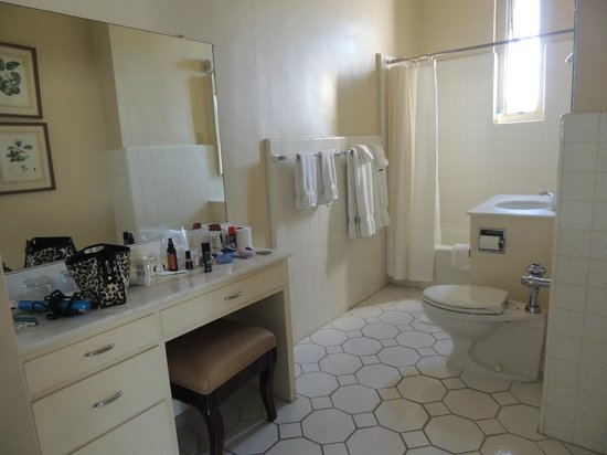 The Scarlet Huntington: Bathroom