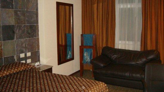 Portobelo Hotel : Amplia habitación con sillón
