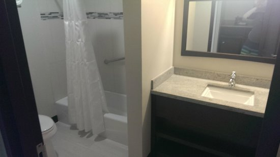 Maria's by the Sea: Modern Bathroom