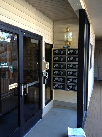 Ridge Pointe Tahoe: Office & lockers for checkin-in