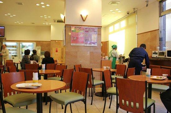 Toyoko Inn Ichinosekiekimae: 一階フロントにある朝食時のフロアー奥にパソコンコーナあり。