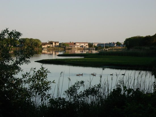 Howard Johnson Inn Cape Cod Area: Pond View