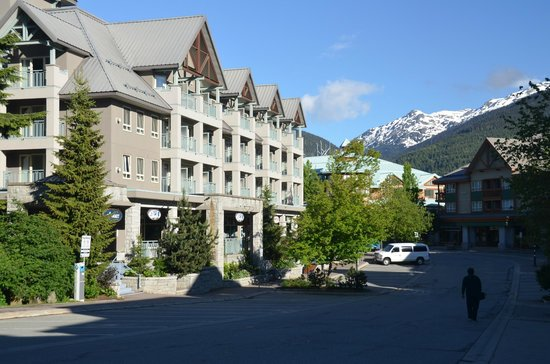 Summit Lodge Boutique Hotel: The Lodge, street view