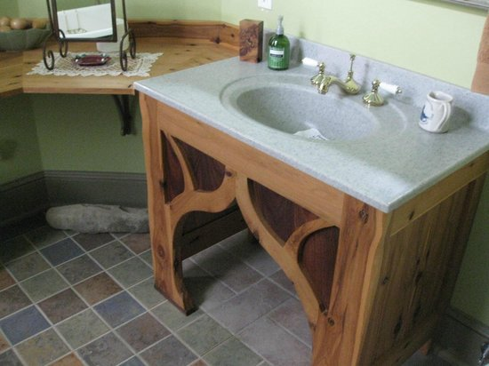 Maiden Rock Inn : Hand crafted vanity