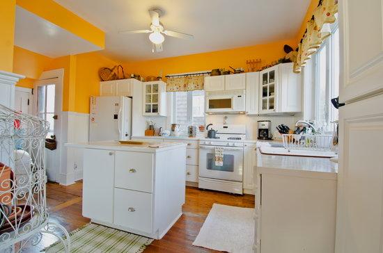 Inn Bliss Bed & Breakfast : Kitchen area
