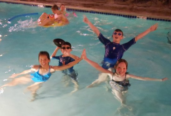 Residence Inn San Diego Mission Valley: Fun in the pool!