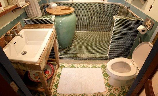 Piman Plearnwan Hotel : ห้องน้ำ มีตุ่มสามารถทำน้ำร้อนได้ !