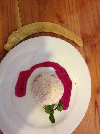 Baltinache Restaurant: Helado de algarrobo con salsa de frambuesa