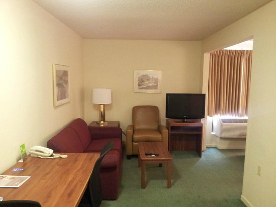 Extended Stay America - Des Moines - West Des Moines: Desk, couch, chair, tv