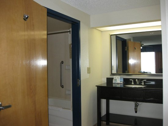 Hampton Inn and Suites Los Angeles - Anaheim - Garden Grove: Entrance to Bathroom