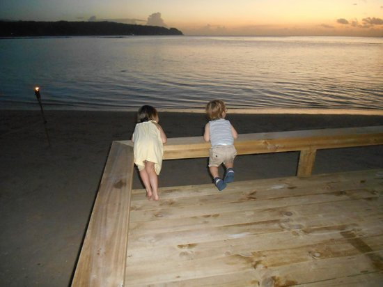 Savaii Lagoon Resort: The kids enjoying the sunset before dinner