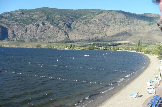 Coast Osoyoos Beach Hotel: Down along the beach