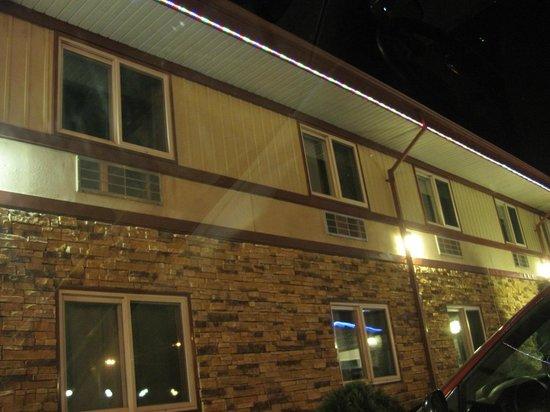 Queen Bee Hotel: Exterior at night