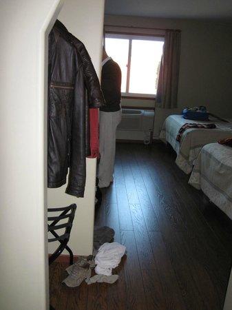 Queen Bee Hotel: entering room
