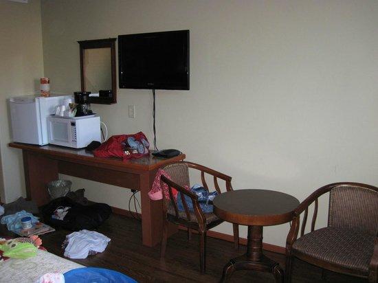 Queen Bee Hotel: Across from beds