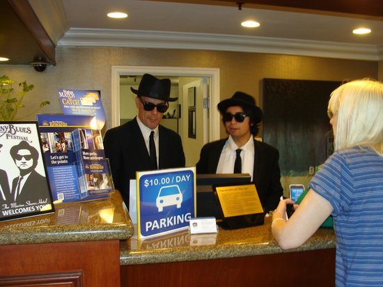 BEST WESTERN PLUS Marina Shores Hotel: Hotel Check-in during Doheny Blues Festival
