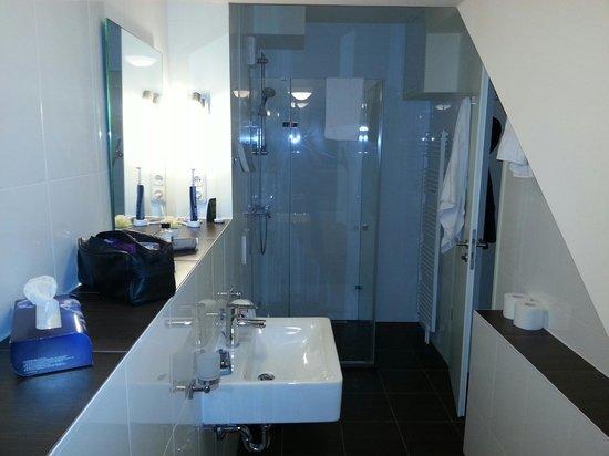 Batu Apart Hotel : Spacious bathroom