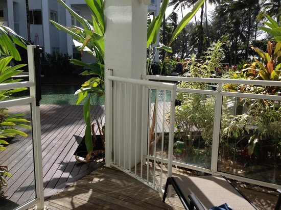 Beaches Port Douglas: Terrace leading to the pool