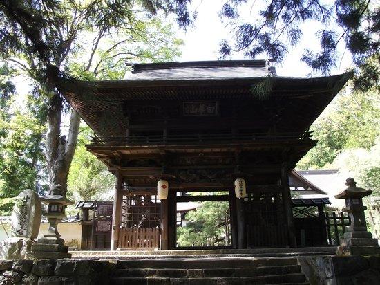 Jiunji Temple: 武田菱の付いた提灯が掛かる楼門