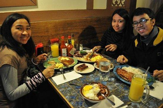 Moulin Rouge Restaurant: Enjoying our breakfast