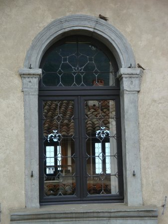 Hotel Modena: Through windows of Palazzo dei Capitani you can see vaguely to the lake
