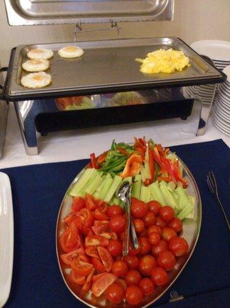 Hotel Modra Ruze: Омлеты и свежие овощи
