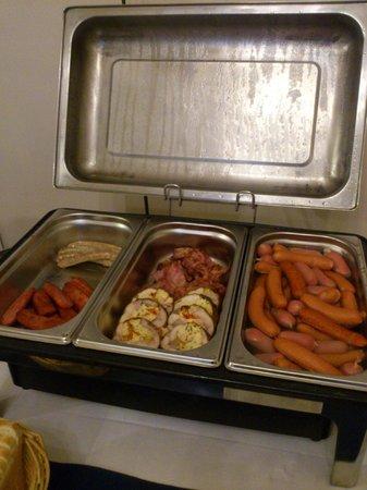 Hotel Modra Ruze: Колбаски на завтрак