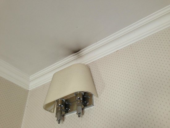 Hotel Jonico: Macchia da lampada fulminata