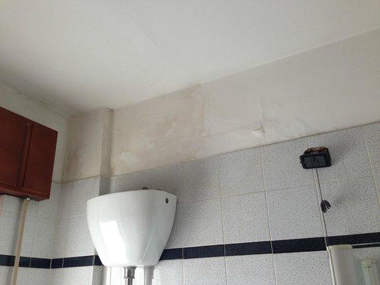 Hotel Jonico: Umidità in bagno