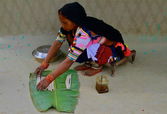 Forest Hideaway Hotel & Cottages: Tharu woman preparing traditional dish