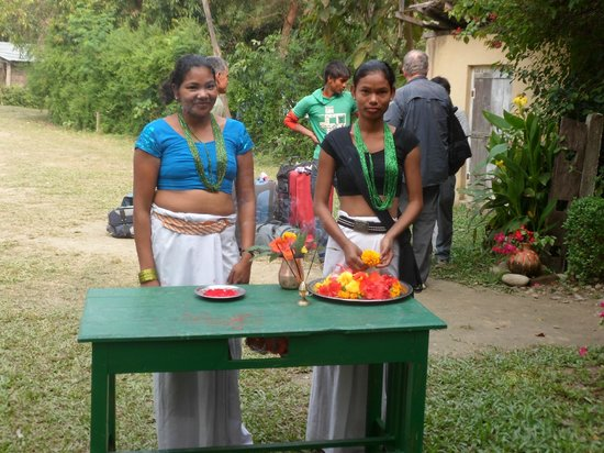 Forest Hideaway Hotel & Cottages: suntali (our kitchen assistant) with her friend