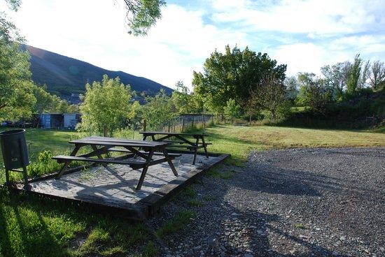 solopuent camping resort zona barbacoas mesas exteriores