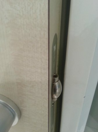 Holiday Inn Express Zurich Airport : bad lock of bathroom door