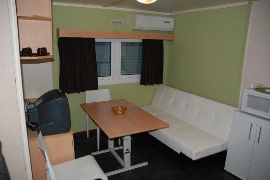 Solopuent Camping Resort: bungalow 2 / salon con sofa cama