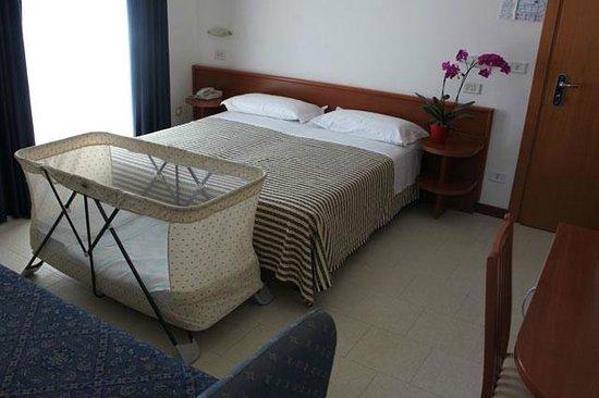 Camera da letto con culla foto di hotel lem casadei pinarella