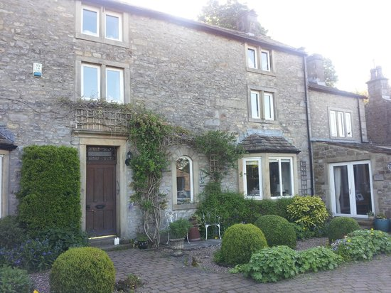 Scar Lodge B&B: The house in Spring