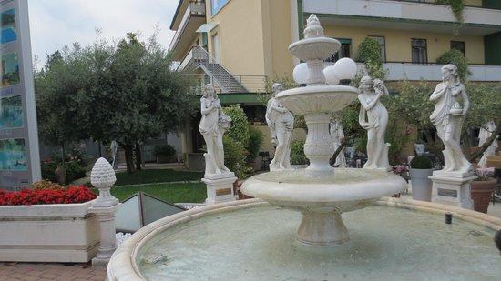 Spa at Petrarca Hotel Terme: Fontana adiacente all' ingresso Hotel/Piscine Termali Petrarca