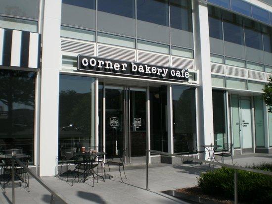 Corner Bakery Cafe: L'ingresso del locale.